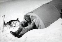 Jiří Kráčalík v bivakovacím stanu při expedici na Kavkaz, rok 1977