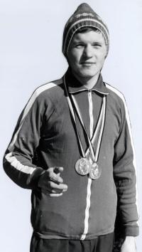 Jiří Kráčalík s medialemi na Mistrovství Československé lidové armády ve sjezdovém lyžování, zima 1974