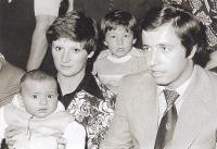 Při vítání občánků ve Velké Dobré v roce 1978 byl František Kaberle starší se svým čerstvě narozeným synem Tomášem a druhým synem, pětiletým  Františkem (vzadu). Tomáše drží jeho maminka Ludmila Kaberlová