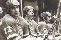František Kaberle starší (uprostřed) v reprezentačním dresu na střídačce se spoluhráči Jaroslavem Pouzarem (číslo 23) a Miroslavem Dvořákem (vpravo)