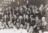 Českoslovenští hokejisté se radují z titulu mistrů světa ve Vídni 1977. František Kaberle starší stojí v druhé řadě třetí zprava. Nalevo a napravo od něj jsou spoluhráči z Kladna Eduard Novák a Milan Nový