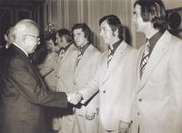 Po titulu mistrů světa ve Vídni 1977 blahopřál Františku Kaberlemu staršímu a dalším reprezentantům prezident Gustáv Husák