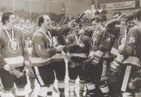 Hokejisté Poldi Kladno se radují z československého titulu. František Kaberle starší je zcela nalevo, se šampaňským slaví Eduard Novák