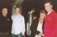 František Kaberle starší (zcela vlevo) se syny Tomášem (druhý zleva) a Františkem a manželkou Ludmilou. Za nimi stojí Stanley Cup, který vyhrál František Kaberle mladší s týmem Carolina Hurricanes v roce 2006