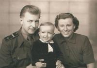 František Kaberle starší v první polovině 50. let 20. století se svou maminkou Annou a tatínkem Vilémem