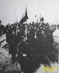 Přechod hranic na Dukle - v popředí vlajkonoš Vladimír Kunášek / Zdroj: archiv Václava Širce