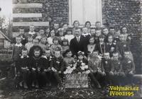 Rok 1930, České Dorohostaje, pan učitel Brabenec se svým žactvem -  Doleček, Vláďa Šána, Pleskot, Milka Hajná, Toník Doležal, Valenta, Puchova, Hajný, Věra Kunášková, Josef Bousek, Mareš, Věra Vaníková, Antonie Vaníková, Milka Stehlíková, Vladimír Tichý, Věra Pazderníková, Máňa Mistrová, Vláďa Pozner, někdo od Pleskotů, Václav Širc, Škrc, Leňa Milerová, Stáza Horníková, Gluz, Holátková a Vlaďka Kunášek / Zdroj: archiv Václava Širce
