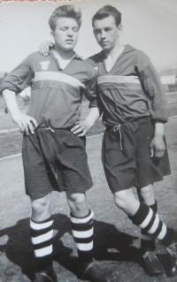 Na fotbale (vlevo)