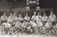 František Kaberle starší (třetí zprava nahoře) v Dukle Jihlava před začátkem ligy v sezoně 1972–1973 v italské Cortině d'Ampezzo. Pod ním dva jeho dlouholetí spoluhráči z reprezentace Milan Nový a Miroslav Dvořák