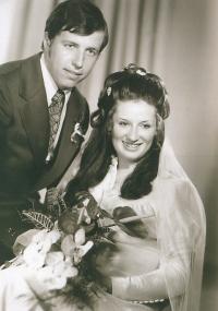 Svatební snímek Františka Kaberleho staršího a jeho ženy Ludmily pochází z roku 1973