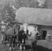 Bratr Josef na rodinném hospodářství v Olšanech