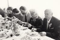 Na svatbě, konec 70. let, vpředu strýc Jaroslav Finfrle
