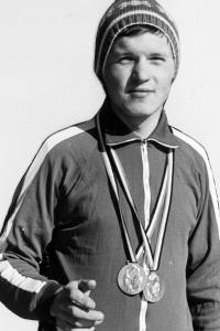 Dobová fotografie Jiřího Kráčalíka z Mistrovství Československé lidové armády ve sjezdovém lyžování, zima 1974