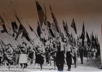 Průvod na Prvního máje 1963, Jaroslava Jesenská s praporem v první řadě druhá zleva