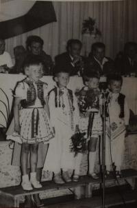 Předávání červeného praporu. Mateřská škola ve Velké nad Veličkou, kde byla Jaroslava Jesenská ředitelkou (1964)