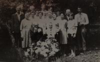 Rodinná fotografie při příležitosti šesedátého výročí svatby prarodičů (1962)