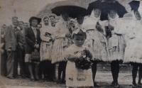 Jaroslava Jesenská (rozená Hanáková) jako dvouletá v průvodu při oslavě Božího těla (1944)
