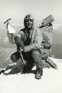 Jiří Kráčalík na vrcholu hory Elbrus po výstupu pořádanému k 60. výročí VŘSR, 1977