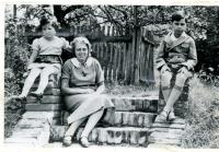 Kitty s maminkou a bratrem, který byl po dosažení 15 let zavražděn v Auschwitz-Birkenau