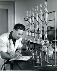 Vladimír Munk v mikrobiologické laboratoři