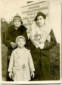Vladimír s maminkou a babičkou na výletě