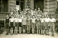 Vladimír Munk před základní školou v roce 1938 (dnes ZŠ Bratranců Veverkových)