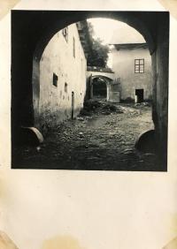 Dvůr a brána pivovaru v Havlíčkově Borové