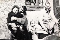 Jarmila Bartošíková se svojí dcerou Dagmar, vedle nich pejsek Asta a Aloisie Musilová