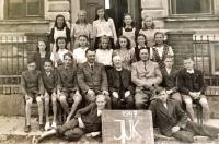 Poslední ročník školy v Havlíčkově Borové, Jarmila Bartošíková v prostřední řadě třetí zprava
