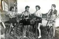 Výlet na koupaliště Řeka, Jarmila Bartošíková (vlevo) se starší sestrou Marií