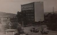 Tanky před Ústavem makromolekulární chemie AV ČR v srpnu 1968