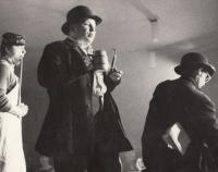 The play Švejk, Divadélko v klubu, from the left: Ivan Kalina as the innkeeper Palivec, Stanislav Tříska as Švejk and Antonín Navrátil as the police detective Bretschneider, Gottwaldov / Zlín, autumn 1968