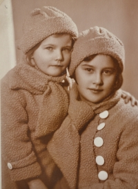 Zdislava Kodešová with her sister (1934)