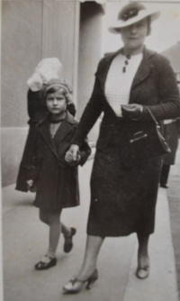 Zdislava Kodešová with her mother circa 1936