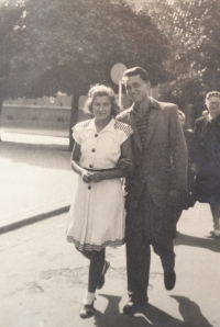 Zdislava with her husband-to-be at the Poděbrady colonnade (early 1950s)