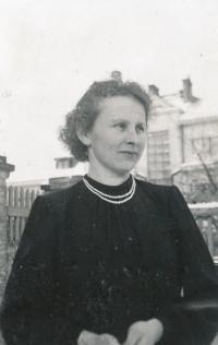 Anastázie Mandysová, matka Hany Pavelkové, roku 1943