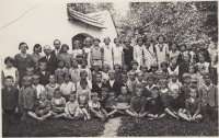 The first photo of the witness (the witness is in the middle next to the boy with the sign), 1933