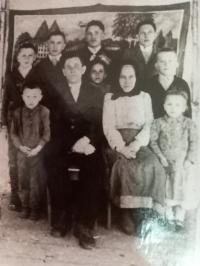 A family photo  - Hanna Petrivna in the middle, as a little girl