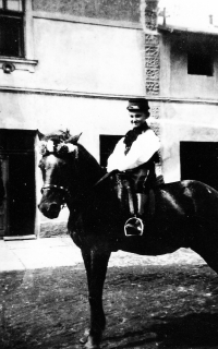 Starší bratr Jiřího Bárty na statku v Porubě