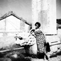Květa Dostálová u mostu Marca Pola / Čína / polovina 50. let