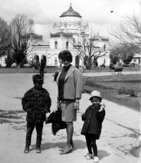 Květa Dostálová s dětmi / Afghánistán / 1967