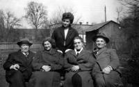 Květa Dostálová s rodiči, tchánem a tchýní / 1956