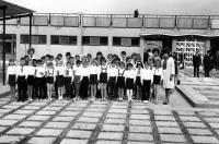 Květa Dostálová (vpravo) se svými žáky v Kábulu / 1967