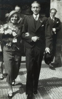 Wedding photograph of the parents of the witness Maria and Jindřich Macháčkovi, Old Town Hall Prague 1934. On the right Jiří Sklenář, brother of Marie