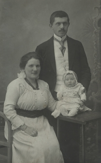 Mother of witness Maruška (5 months) with parents, 1916