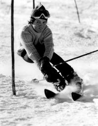 Olga Charvátová doing slalom, 1973 (2)