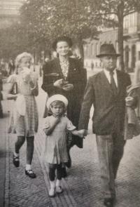 Otta Bednářová with the family in Prague in 1939