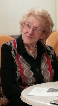 Trudy Bandler Scaramuzzi meeting the project participants in the café Astra in Florence in February 2020