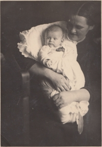 Helena as a new-born baby with her mother, January 1939