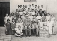 Upper row, second from the right: Oldřich Vašák in elementary school in Moravský Krumlov